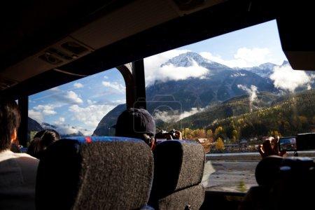 Photo pour Bus de voyage et passager - image libre de droit