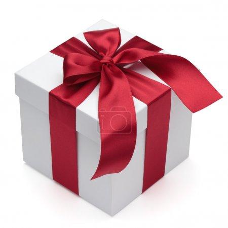 Photo pour Coffret cadeau avec ruban rouge et noeud, isolé sur le fond blanc, chemin de coupe inclus . - image libre de droit