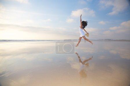 Photo pour Femme à Castilnovo Beach à Cadix Andalousie Espagne - image libre de droit