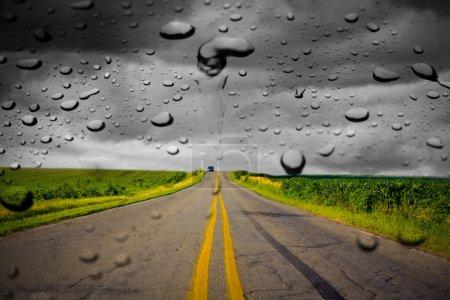Photo pour Pluie sur la route - image libre de droit