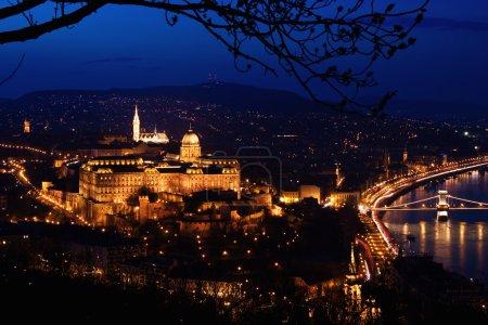 Photo pour Panorama de Budapest par la tombée de la nuit - image libre de droit