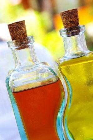 Photo pour Cruettes en verre avec huile d'olive et vinaigre et petits bouchons sur le dessus - image libre de droit