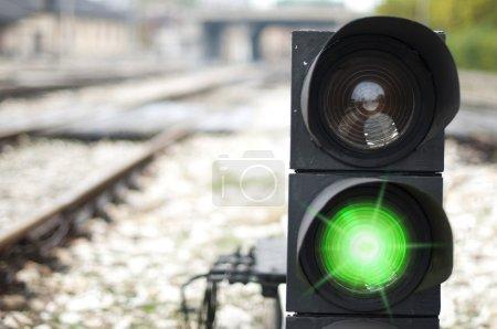Photo pour Le feu rouge est allumé sur la voie ferrée. Feu vert - image libre de droit