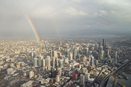 Doppelter Regenbogen über der Innenstadt - Antenne