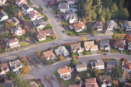 Photo pour Vue aérienne d'une voiture individuelle conduisant sur une route de quartier - image libre de droit