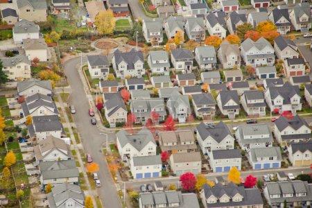 Photo pour Vue aérienne des maisons familiales sur la colline au coucher du soleil - image libre de droit