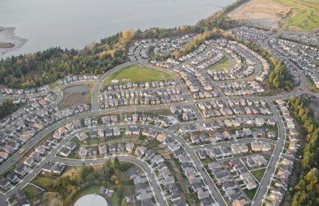 Photo pour Vue aérienne des maisons dans la zone nouvellement construite - image libre de droit