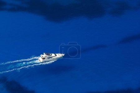 Photo pour Vue de dessus sur yacht dans les eaux azur - image libre de droit