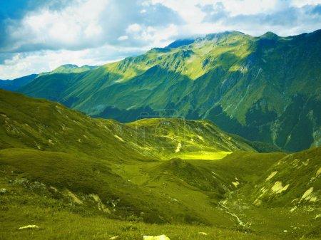 Photo pour Panorama de montagnes de prairies alpines dans les montagnes du Caucase - image libre de droit