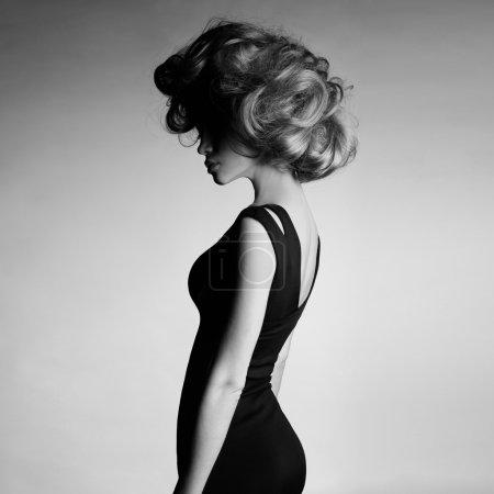 Photo pour Photo de mode de jeune femme en robe noire élégante - image libre de droit