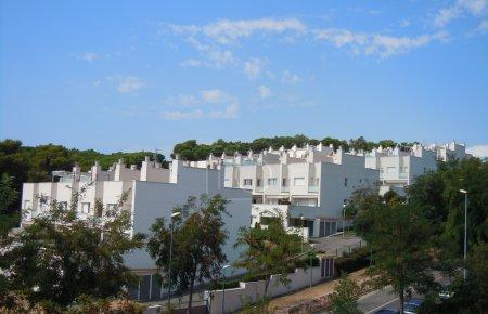 Photo pour Maisons en copropriété blanches en Espagne - image libre de droit