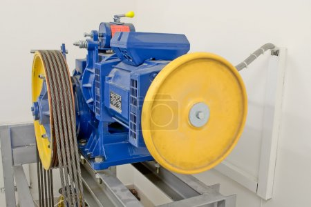 Photo pour Salle des machines avec moteur de grand ascenseur ascenseur - image libre de droit