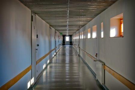 Photo pour Couloir dans un entrepôt moderne avec portes résistant au feu - image libre de droit