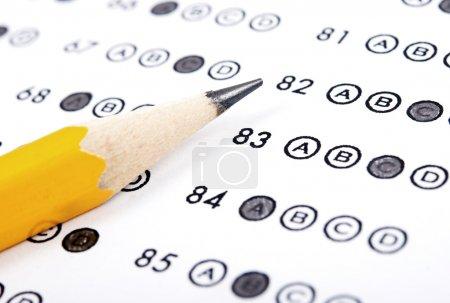 Photo pour Feuille de test avec réponses et crayon - image libre de droit
