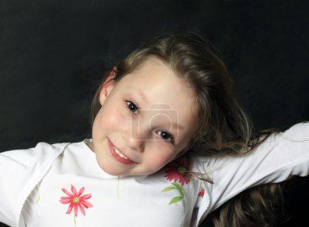 Photo pour Portrait de jeune fille souriant sur fond noir - image libre de droit