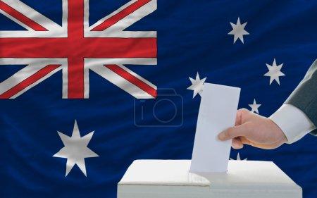Photo pour Homme de mettre le bulletin de vote dans une boîte pendant les élections en Australie - image libre de droit