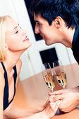 Zamilovaný pár na romantické rande nebo společně slavit v resta