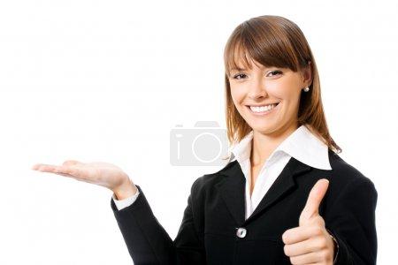 Photo pour Happy souriant jeune belle femme d'affaires montrant zone vierge pour signe ou copyspase, isolé sur fond blanc - image libre de droit