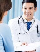 Usmíval se, doktor a pacientka v kanceláři