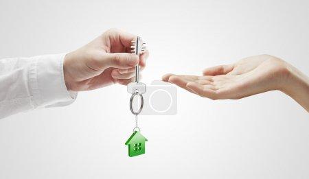 L'homme donne la clé d'une maison à une femme