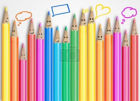 Photo pour Groupe de crayons souriants de couleur avec signe de chat social et bulles d'expression. Ensemble de crayons de couleur représentant un réseau social sur fond gris - image libre de droit