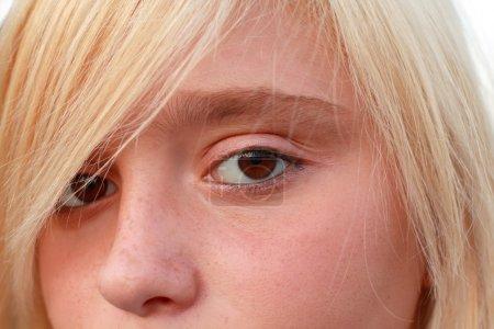 Photo pour Gros plan de la fille blonde aux yeux bruns . - image libre de droit