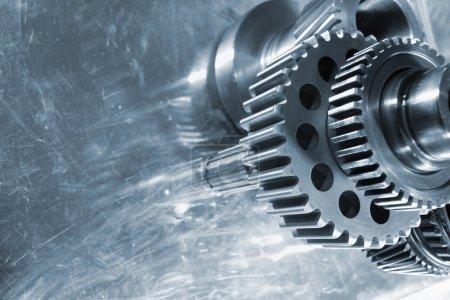 Photo pour Pignons et rouages, utilisés dans l'industrie aérospatiale, en sens inverse à l'arrière-plan de l'aluminium - image libre de droit