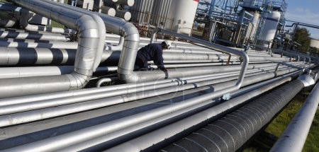 Photo pour Ingénieur, travailleur, escalade sur pipeline géant, vue panoramique - image libre de droit