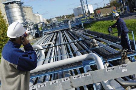 Photo pour Deux travailleurs de l'industrie avec construction de grands pipelines - image libre de droit