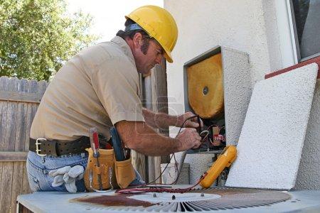 Photo pour Un réparateur de climatisation travaillant sur une unité de récupération de chaleur - image libre de droit