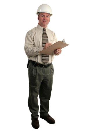 Photo pour Un inspecteur de la construction, vérification des mesures de sécurité à un presse-papiers - pleine vue, isolé - image libre de droit