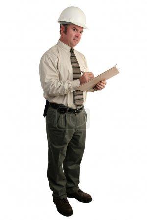 Photo pour Un inspecteur de sécurité de construction prendre des notes sur un panneau d'agrafe - pleine vue isolée - image libre de droit