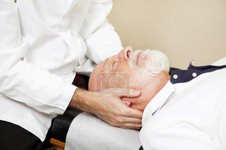 Foto de Primer plano de un quiropráctico, ajuste de columna cervical (cuello de senior del paciente). - Imagen libre de derechos