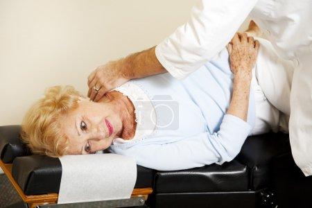 Photo pour Femme âgée obtenant un ajustement de son chiropracteur . - image libre de droit