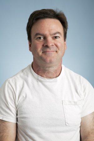 Photo pour Portrait d'un homme moyen en t-shirt blanc vierge . - image libre de droit