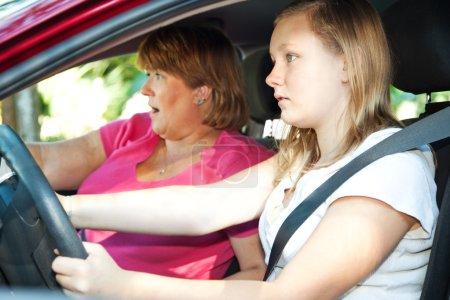 Photo pour Adolescente chauffeur et sa mère sur le point d'avoir un accident de voiture . - image libre de droit