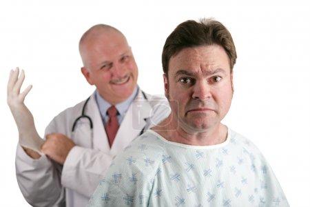 Photo pour Un patient nerveux de la recherche sur le point d'obtenir son premier examen de la prostate. le médecin est dans le fond mettre sur son gant en caoutchouc. Shallow dof en mettant l'accent sur la pat - image libre de droit