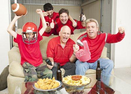 Photo pour Famille des acclamations pour leur équipe préférée des fans de football. - image libre de droit
