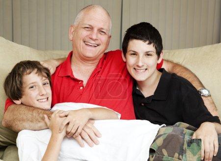 Photo pour Portrait de famille d'un père aimant avec ses deux fils. - image libre de droit