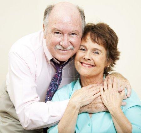 Photo pour Portrait d'amour d'un beau couple dans la soixantaine . - image libre de droit