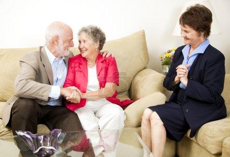 Photo pour Heureux couple de personnes âgées bénéficie de conseils de mariage . - image libre de droit