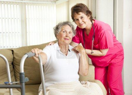 Photo pour Amicale infirmière soigne une femme âgée dans une maison de retraite. - image libre de droit