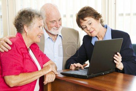 Photo pour Couple de personnes âgées des conseils financiers ou un argumentaire de vente. - image libre de droit