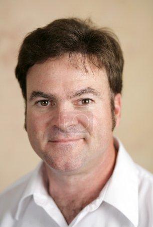 Photo pour Portrait d'un homme d'affaires sceptique dans la trentaine ou la quarantaine . - image libre de droit
