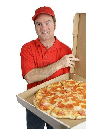 Photo pour Un livreur de pizza tenant une pizza pepperoni chaud et frais. isolé sur blanc. - image libre de droit
