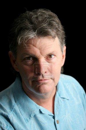 Photo pour Un homme d'âge moyen souffrant de dépression. Éclairage dramatique sur fond noir . - image libre de droit