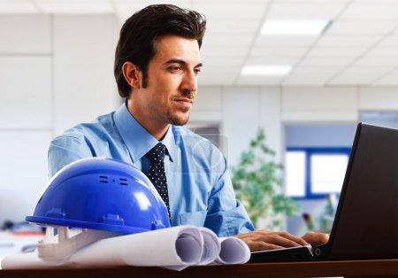 Photo pour Ingénieur au travail dans son bureau - image libre de droit