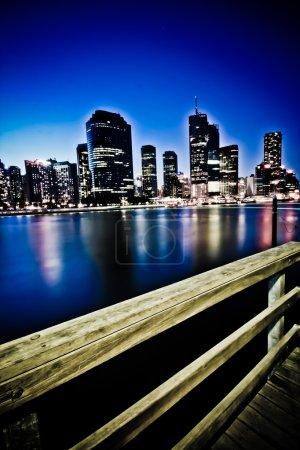 Photo pour Brisbane City skyline la nuit à partir du bas des falaises de point kangourou - image libre de droit