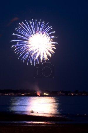 Photo pour Feux d'artifice magnifique, sautez sur le ciel de nuit sombre reflétant sur l'eau. - image libre de droit