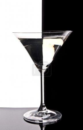 Photo pour Verre à martini sur fond noir et blanc - image libre de droit